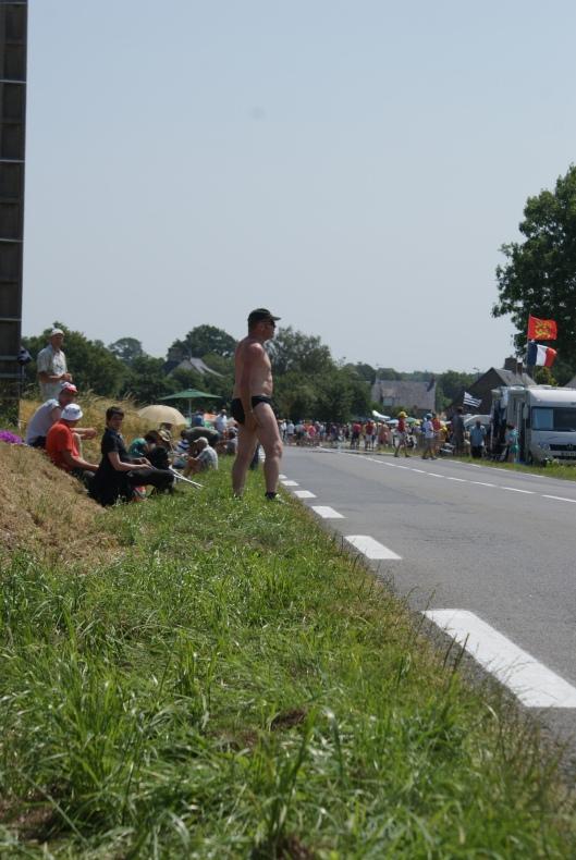 Mellan cyklisterna kan man titta på smaklösa öldrickande fransmän...