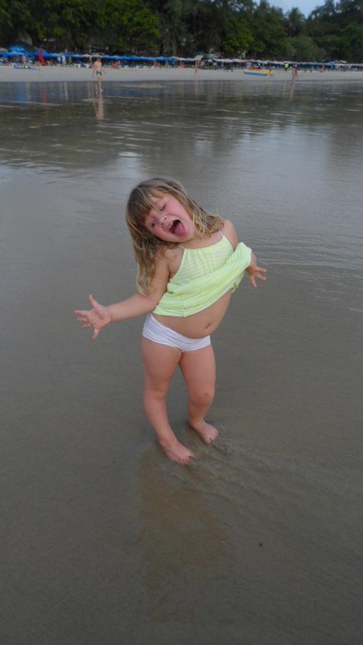 Saga spexar runt på stranden