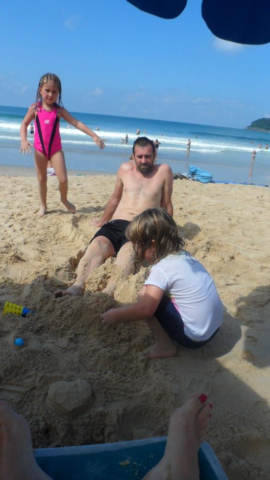 Per blir begravd i sanden