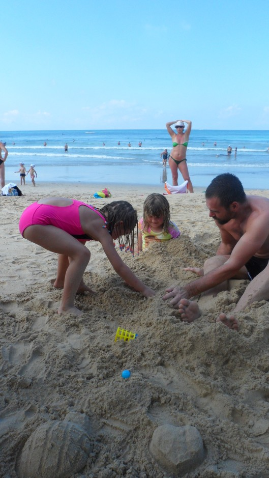 Saga blir begravd i sanden