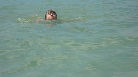Saga simmar likt en utter i havet