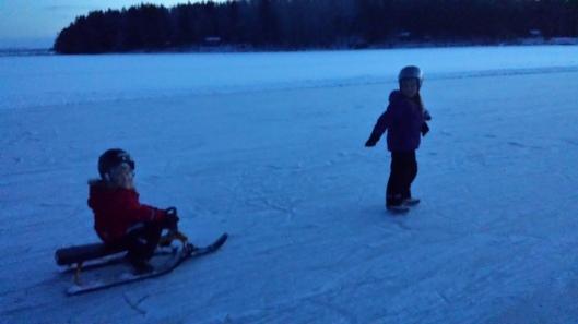 Skön kvällspromenad på isen